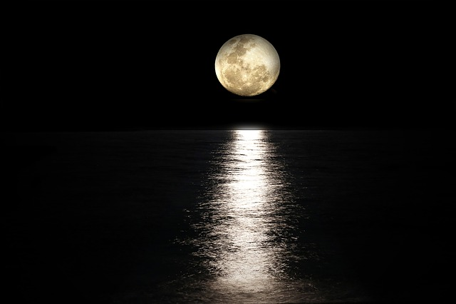 moon-2762111_640